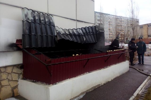 Оренбургские пожарные спасли 16 человек из задымленной многоэтажки.