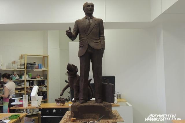Шоколадный Путин улыбается и показывает большой палец.