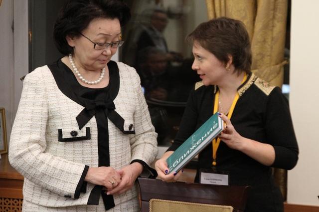 Елена Корнеева вручает свою книгу ректору СВФУ Евгении Исаевне Михайловой.
