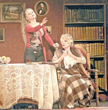 Мария Прыскина с Клариной Шадько в спектакле «Пока она умирала».