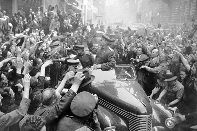 Жители Праги радостно встречают советских воинов освободителей, во главе которых маршал Иван Конев. 1945 г.