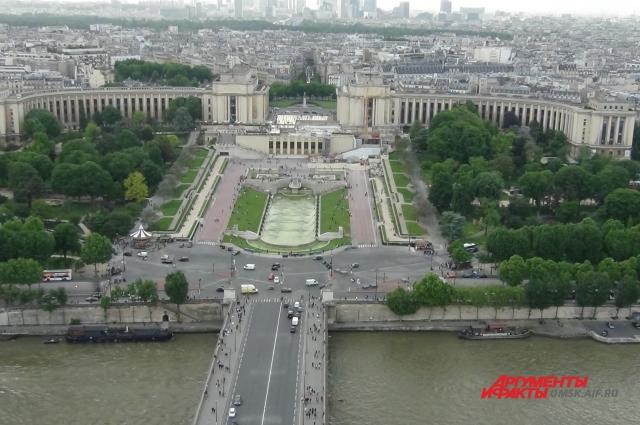 Париж образует коммуну и департамент, разделённый на 20 округов.