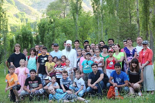 Владыка Питирим и юные прихожане храма, ученики Воскресной школы, в одной из совместных поездок.