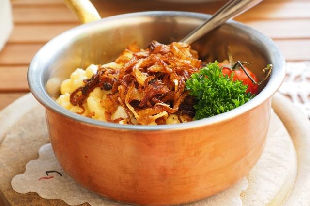 Тушеное мясо с овощами рекомендуется подавать к столу, украсив свежей зеленью.
