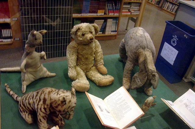 Подлинные игрушки Кристофера Робина: (от низа по часовой стрелке) Тигра, Кенга, Пух, Иа-Иа и Пятачок. Нью-Йоркская публичная библиотека.