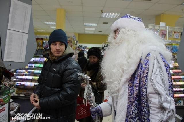 Красноярцы были приятно удивлены, увидев Деда Мороза в супермаркете.