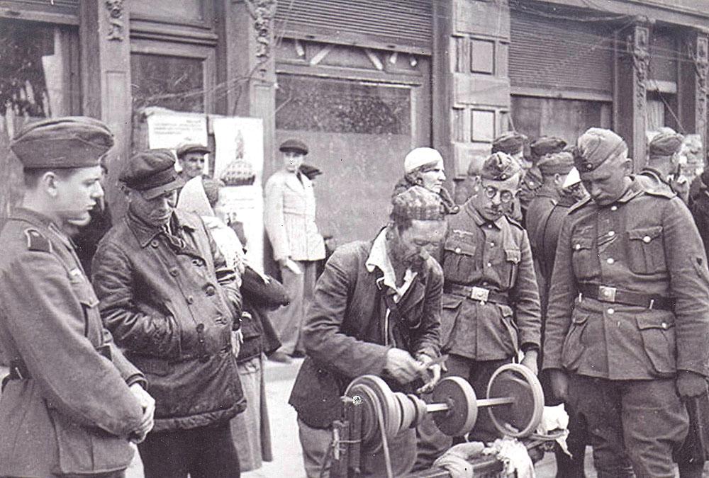 Немецкие солдаты и точильщик в Симферополе