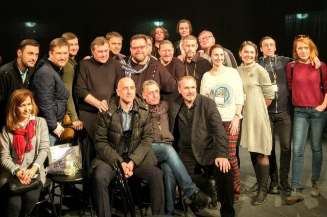Писатель Захар Прилепин с поклонниками его творчества из Челябинска.