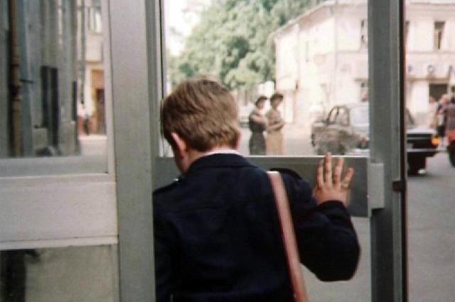 Телефоны-автоматы, по которым звонили, бросая монеты-двушки, стояли тогда на каждом углу Москвы — это яркая примета того времени.
