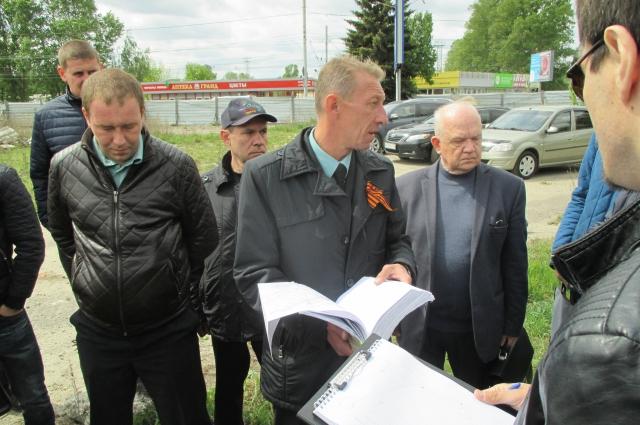 Пристав Роман Машинистов (в центре) намерен расчистить участок.