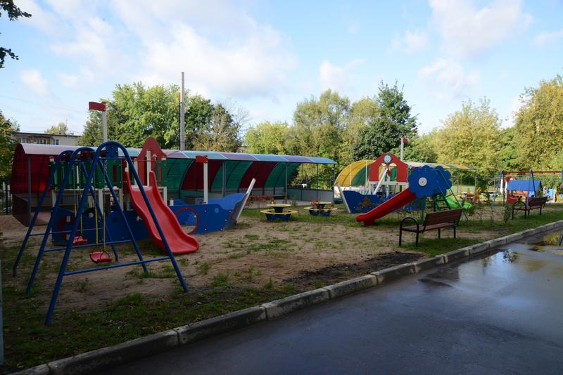 Около десткого сада оборудована площадка для игр.