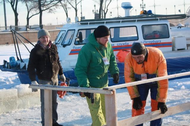 Спецслужбы и волонтеры приезжают на место пораньше, чтобы все подготовить.