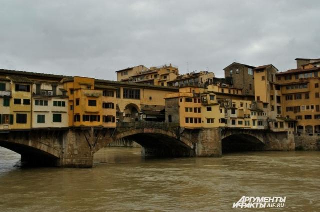 многих веков мост служил местом оживленной торговли.