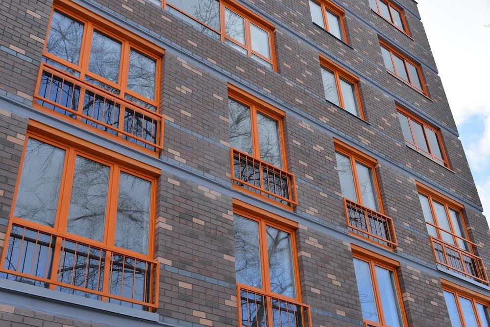 Особенностью нового дома стали яркие оранжевые окна.