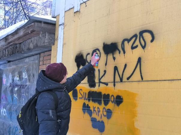 Акция «Чистые стены» была одной из первых у волонтёров. Ребята не просто закрашивают надписи о продаже наркотиков, но и беседуют с жителями города.
