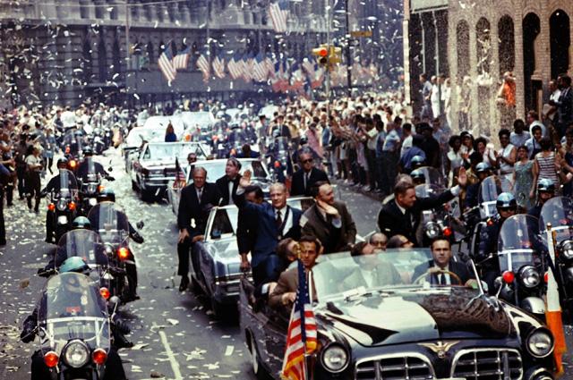 Нью-Йорк 13 августа 1969 года. В первом лимузине сзади стоят слева направо: Олдрин, Коллинз, Армстронг.
