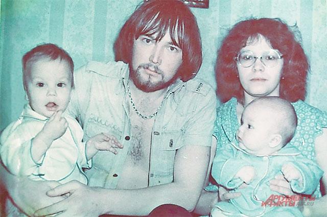 Андрей и Алексей Чадовы с мамой и папой. Фото из личного архива.