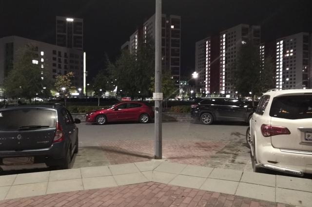 Парковка в метре от столба.
