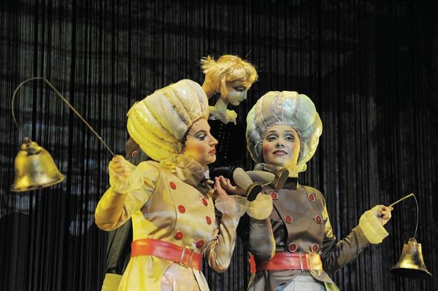 Творческая группа работала в новом для себя жанре сценического искусства – это синтез собственно театра кукол и анимации