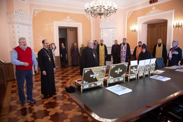 Меценаты Кузьминых передали ковчеги с частицами мощей Красноярской епархии.