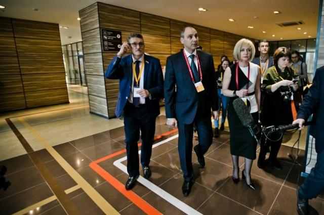 Первыми посетителями центра стали глава региона Денис Паслер и и.о. министра экономики области Наталья Струнцова.