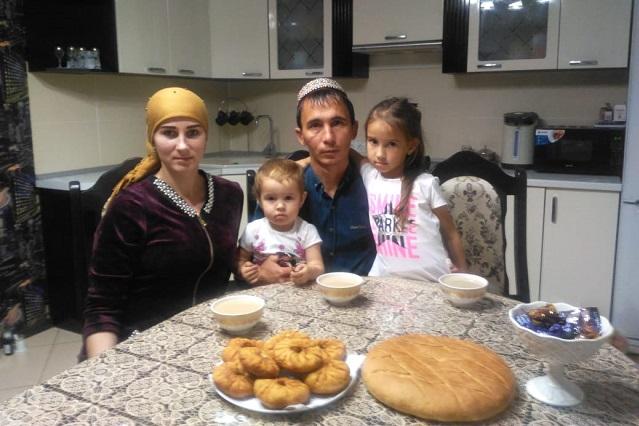 Мурат и Алёна Сейтназаровы с дочками.