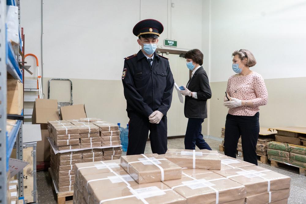 Процесс контролируют сотрудники полиции.