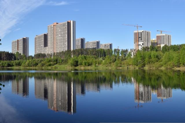 Дома окружают Нижне-Исетский пруд, пруд отеля Ramada и парк им. Лесоводов России.