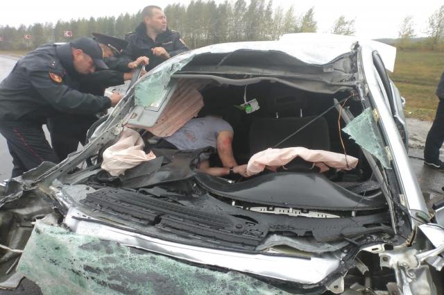 Росгвардейцы до приезда спасателей сделали всё необходимое, чтобы освободить водителя из салона.