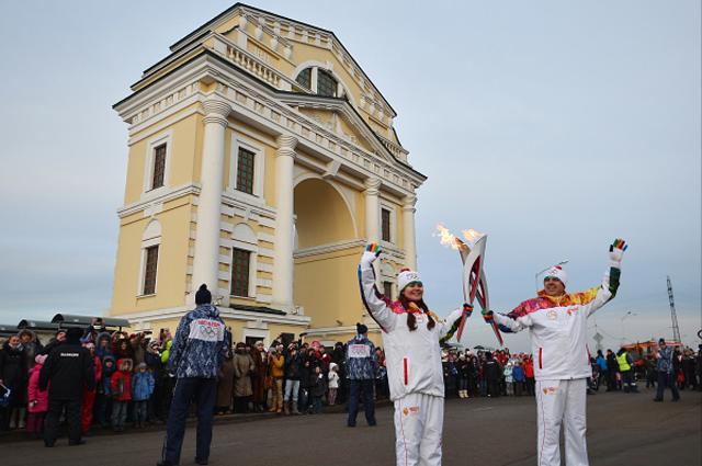 Сергей Петров и Татьяна Ермакова около Московских Триумфальных ворот в Иркутске во время эстафеты Олимпийского огня. 2013 год