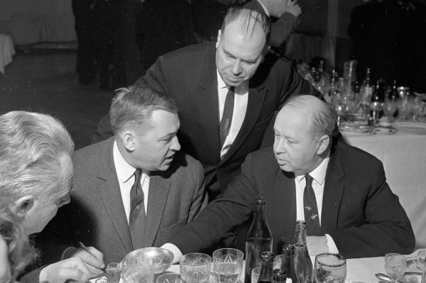 Французский журналист Жан Пера (сидит в центре) беседует с Михаилом Милем (справа). 1966 год