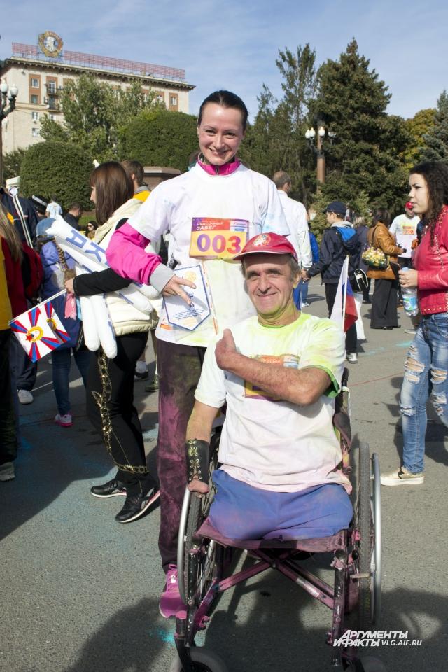 Спортсменка Елена Слесаренко и один из участников забега.