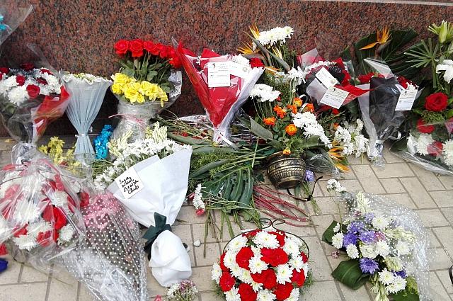 Цветы с записками, где египтяне выражают соболезнования россиянам.