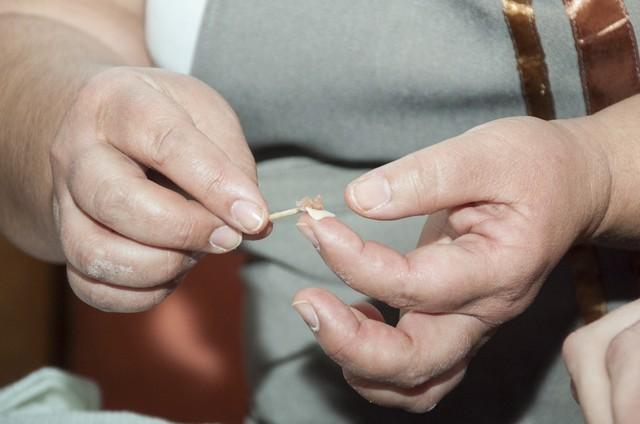 Лепить пельмени с помощью зубочистки - задача не из лёгких.