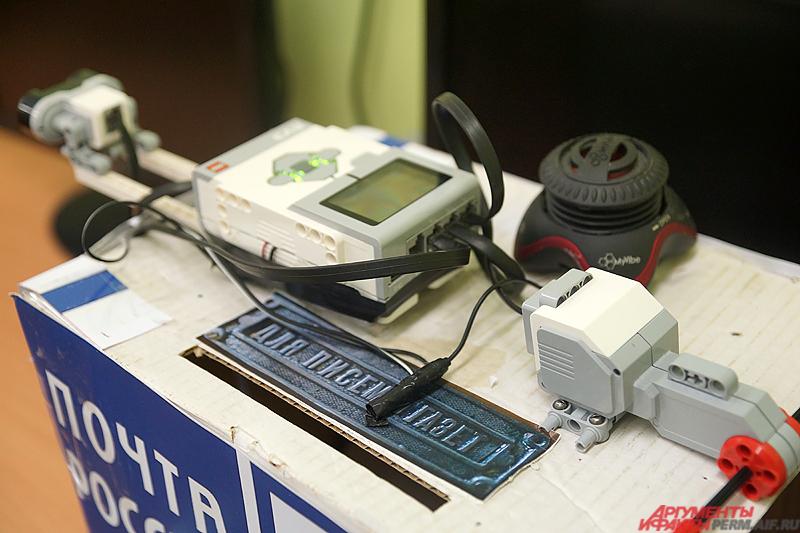Полуторакилограммовый робот состоит из массивных гусениц, блока управления, датчика расстояния и мелких деталей.