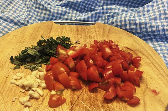 Брускетта с помидорами Черри и базиликом