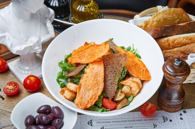 Салат из рукколы и креветок с бальзамическим кремом и чипсами из батата