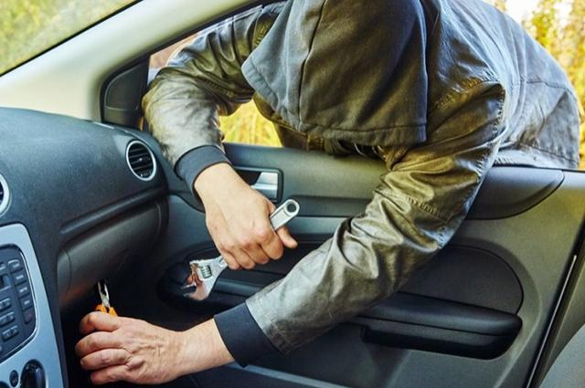 Даже на минуту не стоит оставлять ключи в замке зажигания, а машину - открытой.