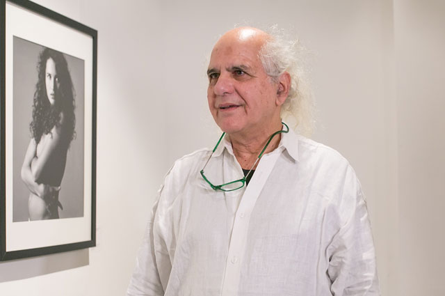 Денис Пил на фоне фотографии Энди Макдауэлл