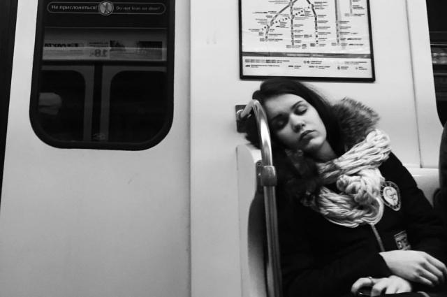 Пассажиры не догадываются, что их снимают.