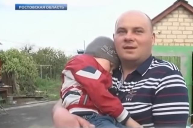 Трёхлетний Тимур на руках отца. Ренбёнок всё ещё не может оправиться от случившегося с ним.