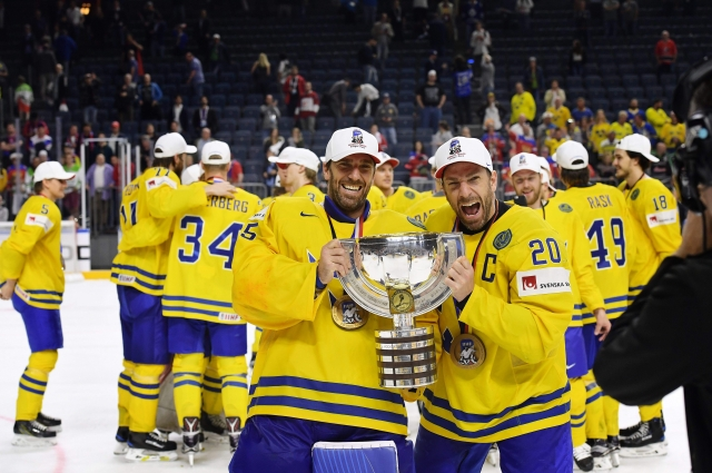 Сборная Швеции с главным трофеем чемпионата мира.