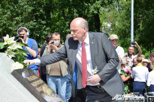 Потомок династии Романовых Пол Куликовский и памятник Елизавете Романовой в Алапаевске.