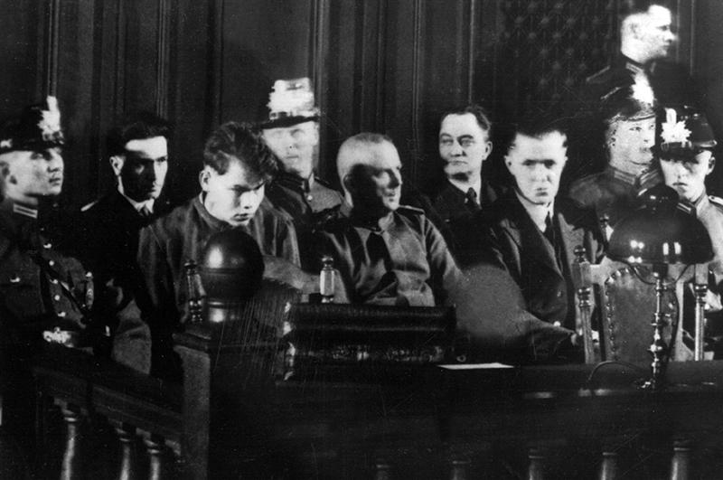 Суд над поджигателями Рейхстага. Маринус ван дер Люббе третий слева
