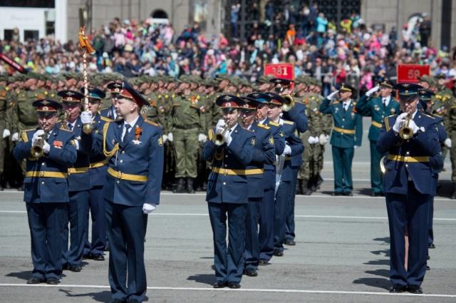 Парад Победы пришли посмотреть более 10 тыс. челябинцев.