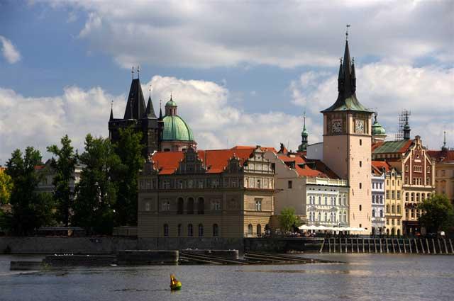 Поддавшись настроению, Анна купила билет в Прагу.