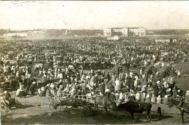 Александровская площадь была главным торговым центром города.