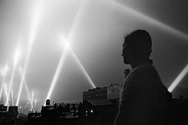 Лучи прожекторов войск ПВО освещают небо Москвы. Июнь 1941 года