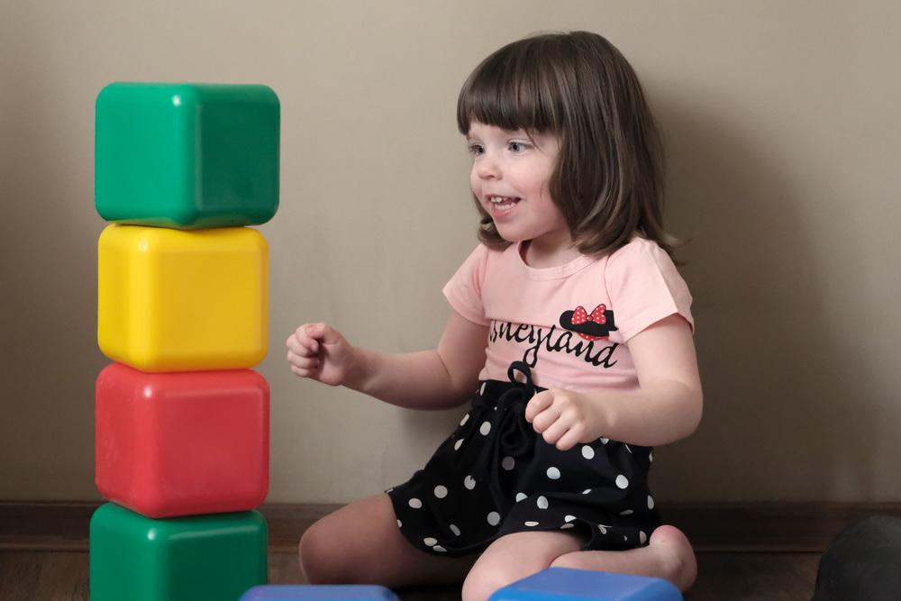 Ева - очень активный, веселый ребенок, ей только надо помочь научиться ходить.