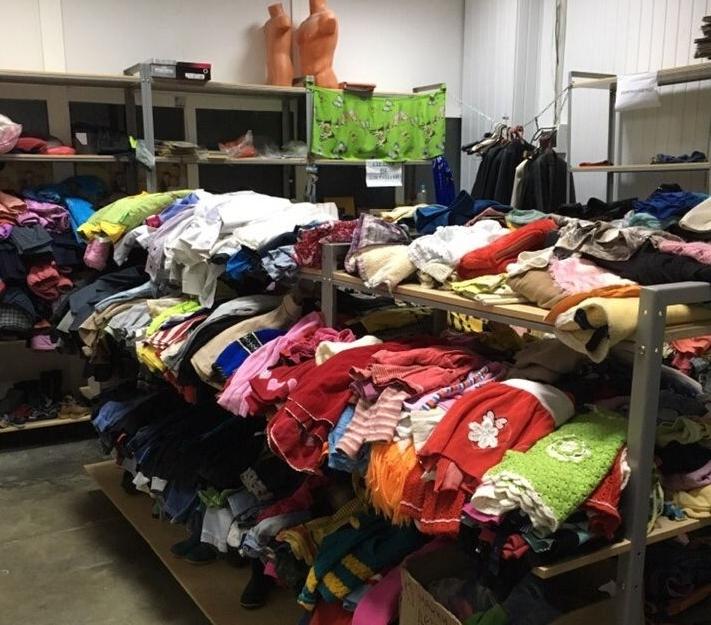 За пять лет одеждой поделились десятки тысяч людей, было собрано несколько тысяч комплектов верхней одежды.